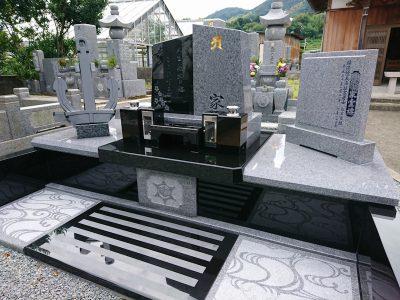 イカリのオブジェが飾られた庵治石と黒御影石の玉垣一体型現代墓