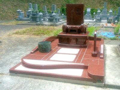 墓所全体が赤御影石でできた現代墓