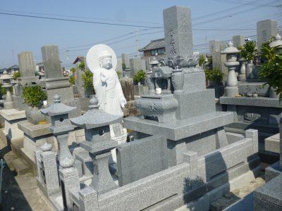 墓所に立ち阿弥陀如来を建立された生前建墓